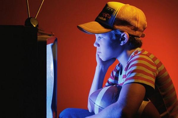 Tác hại khi trẻ xem tivi quá lâu1