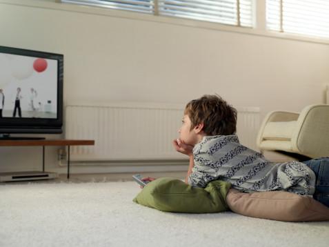 Tác hại khi trẻ xem tivi quá lâu2